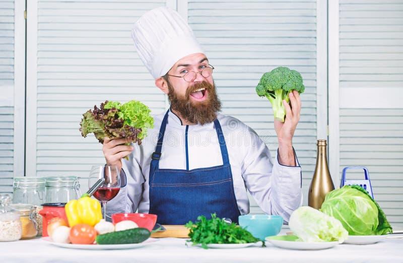 Chef man i hatt Hemligt smakrecept Bärgad mankock i köket, kulinariskt Hälsosam matlagning Dietering och ekologisk royaltyfri fotografi