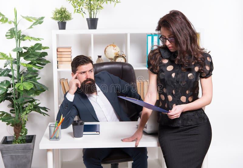 Chef- managerdirecteur en ceo positie Bedrijfsmensensecretaresse Baan en Carri?re Bedrijfspaar werkend bureau Zaken stock afbeeldingen