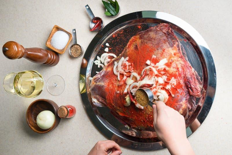 Chef marinant un grand morceau de viande photos libres de droits
