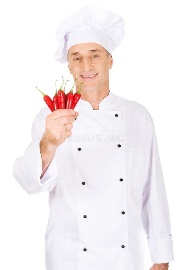 Chef masculin avec des poivrons de piments photos libres de droits