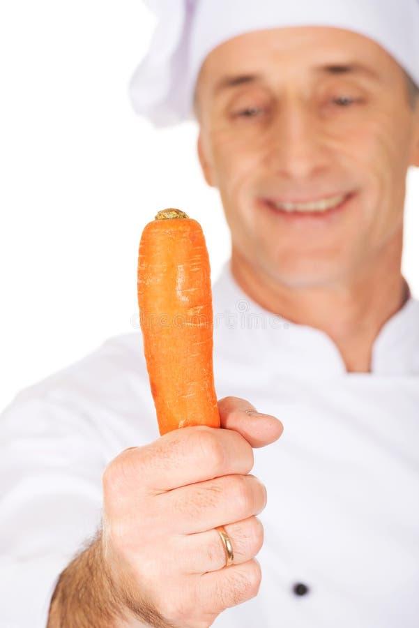 Chef masculin avec une carotte photos libres de droits