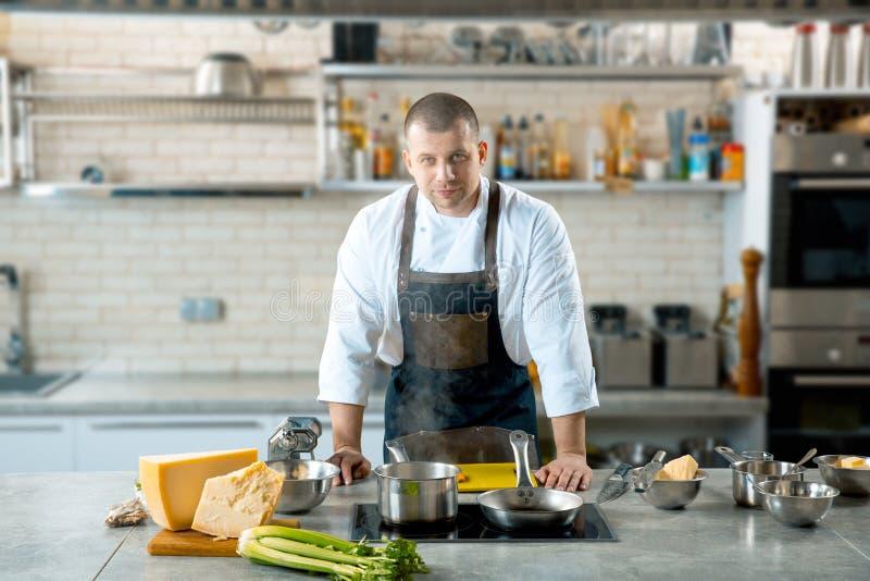Chef masculin beau dans l'intérieur de cuisine photos libres de droits