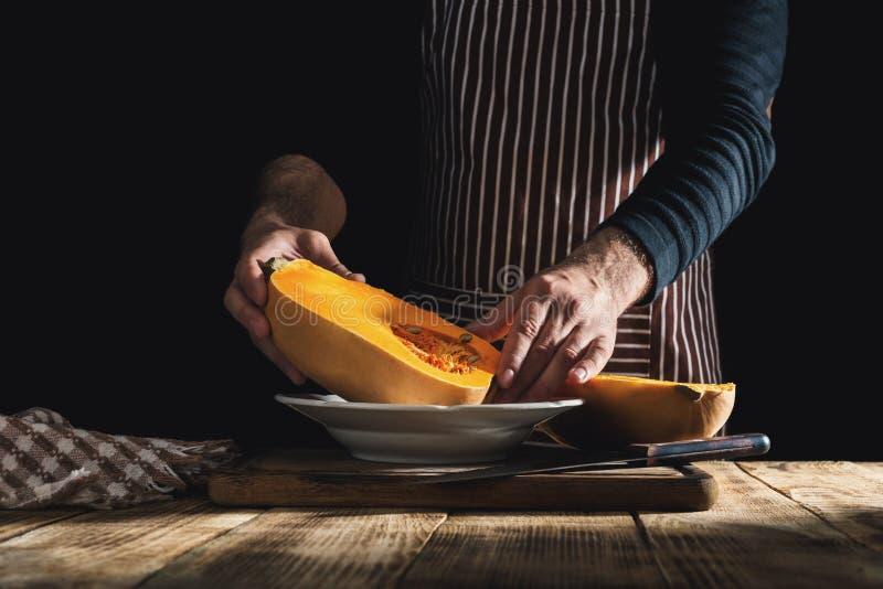 Chef masculin préparant la nourriture saine du potiron image stock