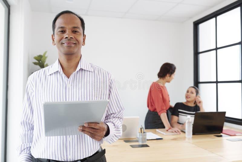 Chef masculin travaillant avec le PC de comprimé au bureau photographie stock libre de droits