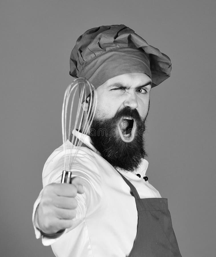 Chef mit dem Peitschen des Geräts Garprozesskonzept stockfoto