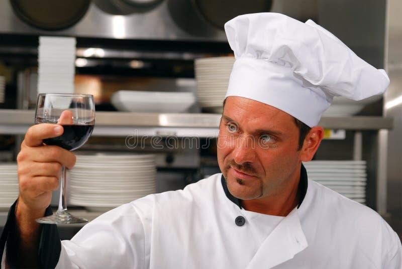 Chef mit einem Glas Wein lizenzfreies stockfoto