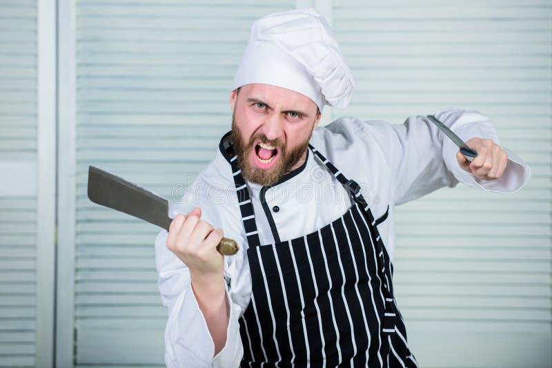 Chef mit Messern Fachmann in der Küche r verärgerter bärtiger Mann mit Messer mögen Sie Nahrung essen überzeugt lizenzfreie stockfotografie
