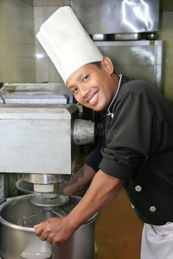 Chef mit Mischermaschine stockfotografie