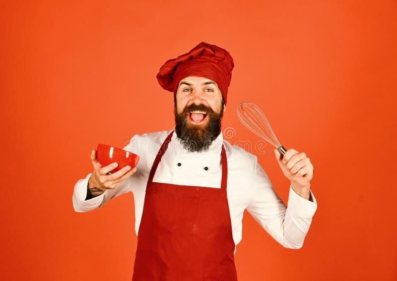 Chef mit Platte und peitschen Gerät Koch mit fröhlichem Gesicht stockfotos