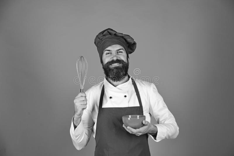 Chef mit roter Platte und peitschen Gerät Küche bearbeitet Konzept lizenzfreies stockbild