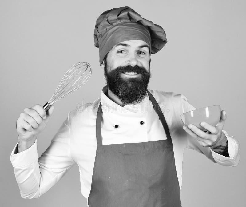 Chef mit roter Platte und peitschen Gerät Mann oder Hippie stockfotos
