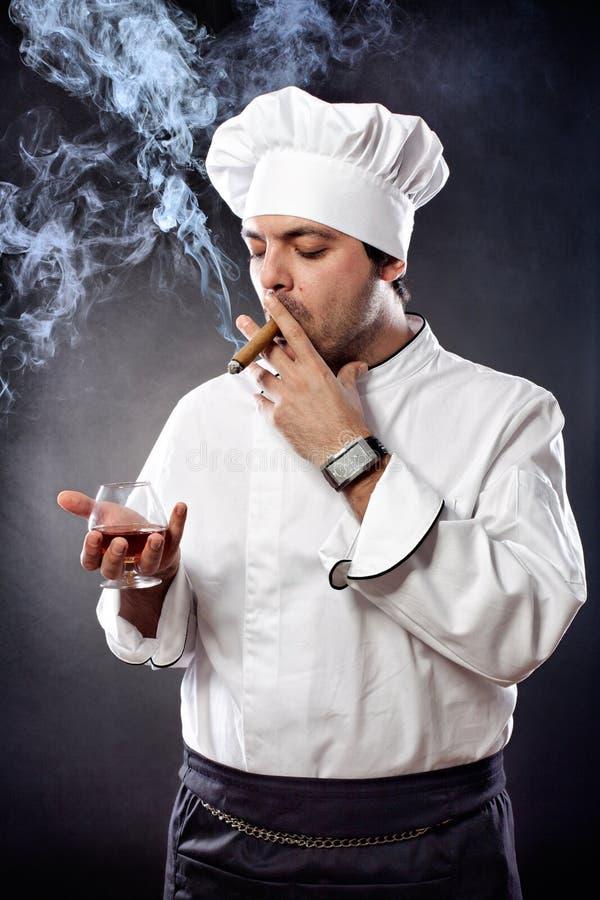 Chef mit Zigarre und Kognak lizenzfreie stockbilder