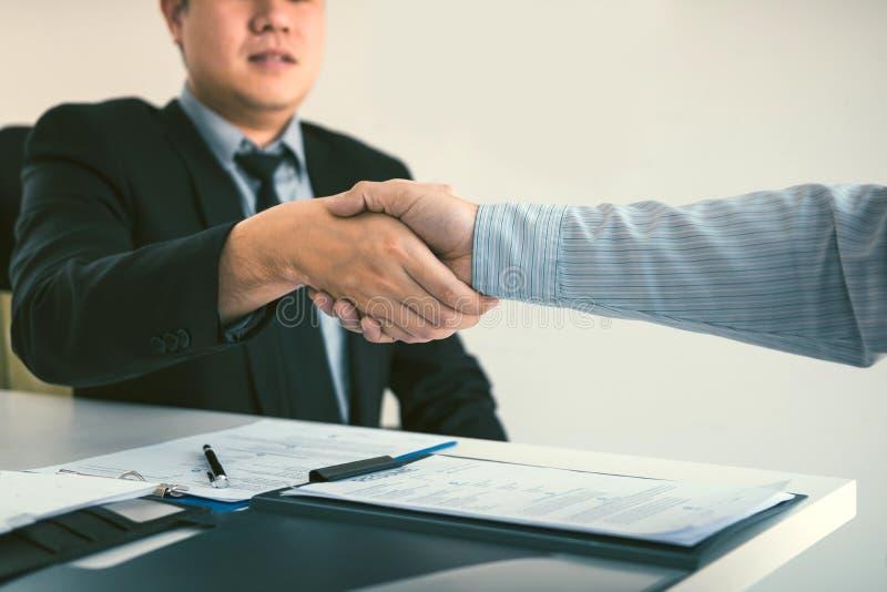 Chef- och anst?lldintervjubegrepp med handskakningen, n?r samtal om kontraktskrivning arkivfoton