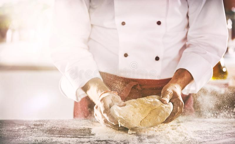 Chef oder Bäcker, die einen Teil frischen Teig zubereiten lizenzfreie stockfotos