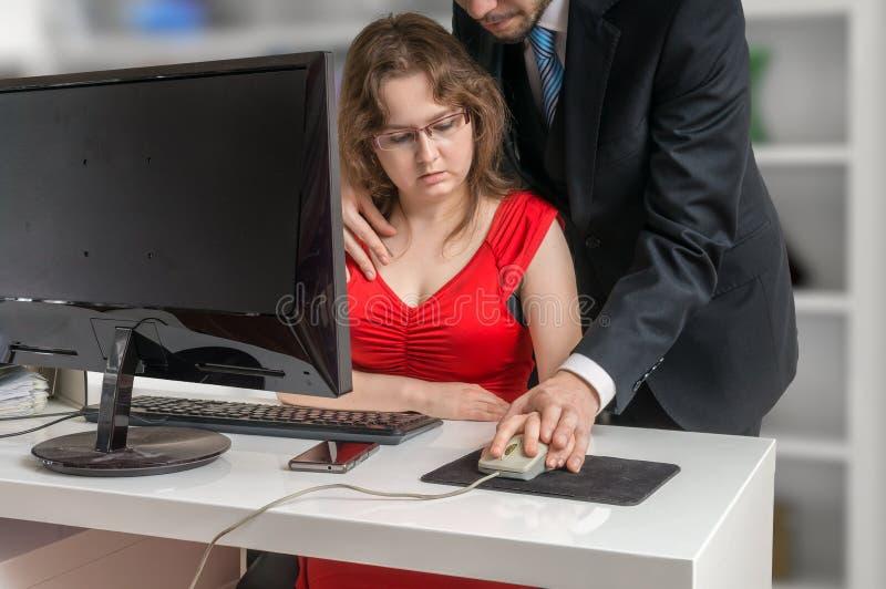 Chef oder Manager seducting seinen Sekretär im Büro Belästigungskonzept lizenzfreie stockfotografie