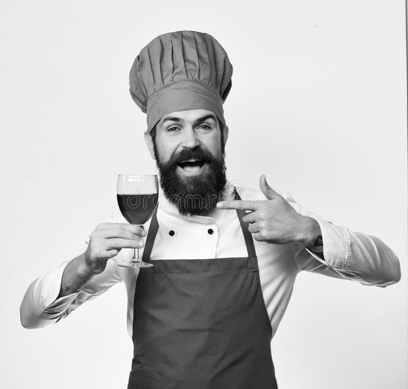 Chef oder Sommelier mit rotem Cabernet oder Merlot Berufsweinprobekonzept Mann mit Bart lizenzfreie stockfotos