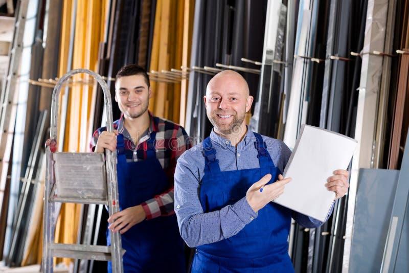Chef på PVC-fönsterfabriken royaltyfria foton