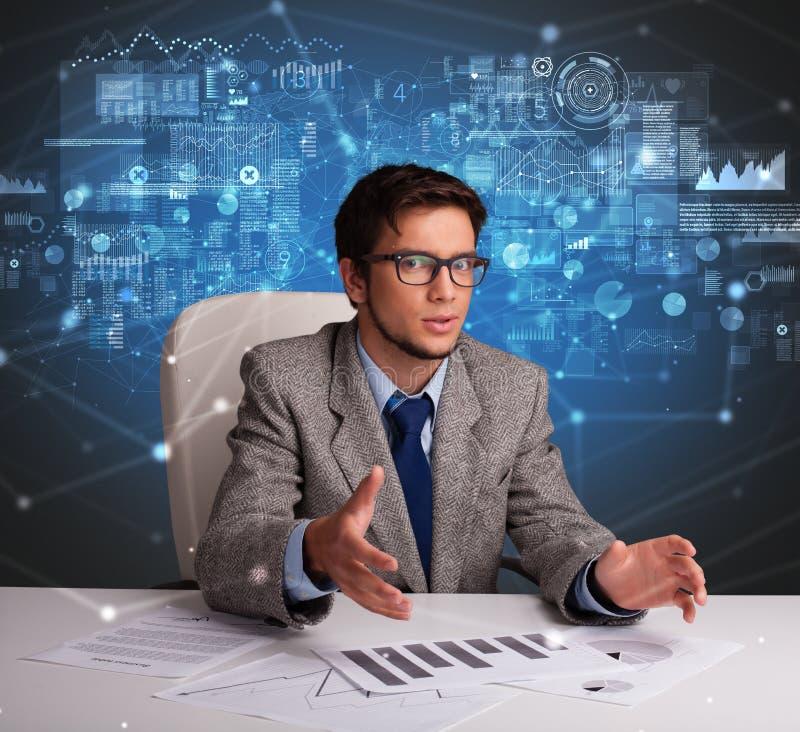 Chef p? kontoret som g?r rapporter och statistik arkivfoto