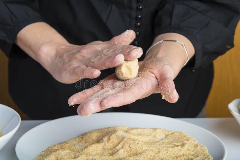 Chef préparant des croquettes dans la cuisine image stock