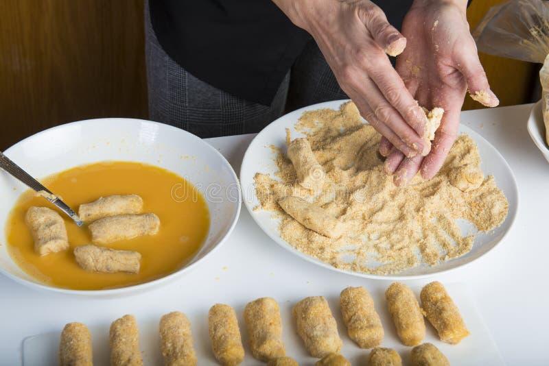 Chef préparant des croquettes dans la cuisine images stock