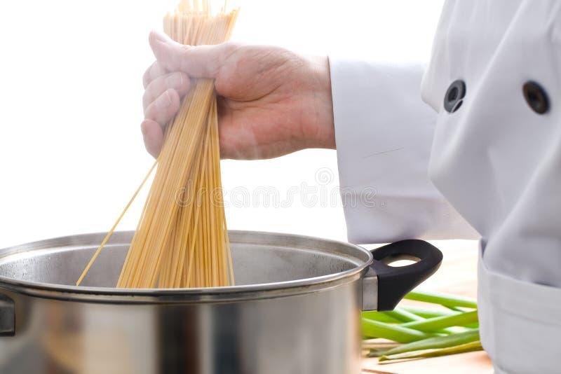 Chef préparant des pâtes images libres de droits