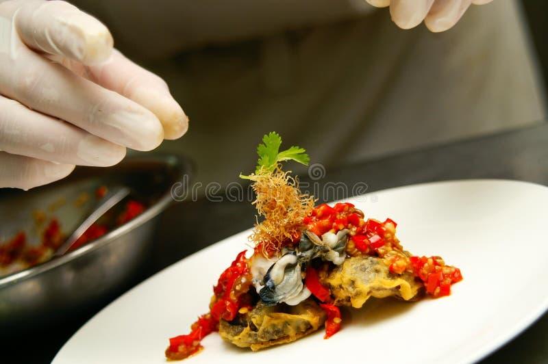 Chef préparant la cuisine chinoise image stock