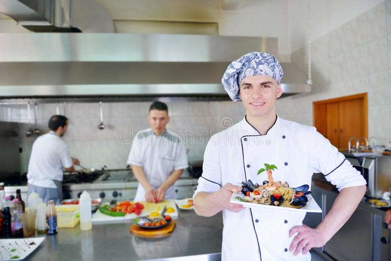 Chef préparant la nourriture photo libre de droits