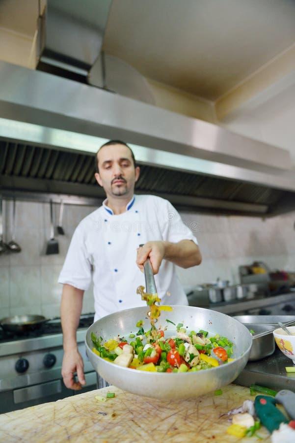 Chef préparant la nourriture images stock