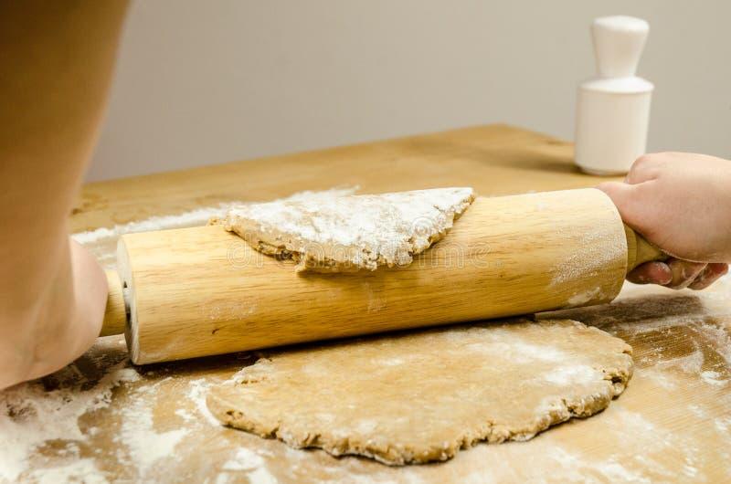 Chef préparant la pâte de pain d'épice images libres de droits