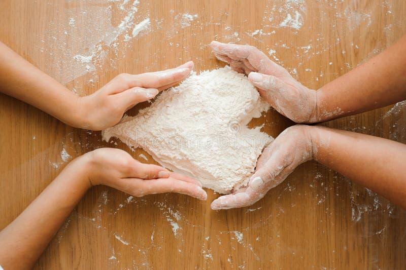 Chef préparant la pâte - procédé de cuisson, coeur de farine image libre de droits