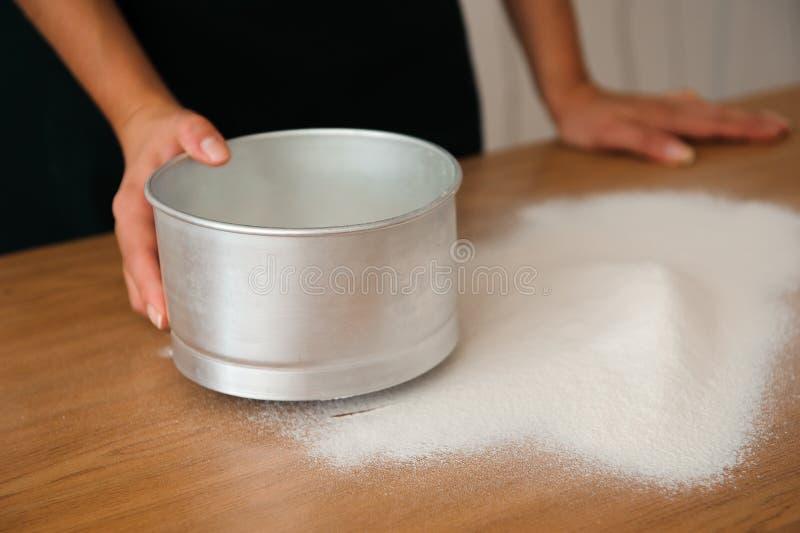 Chef préparant la pâte - procédé de cuisson, travail avec de la farine images libres de droits