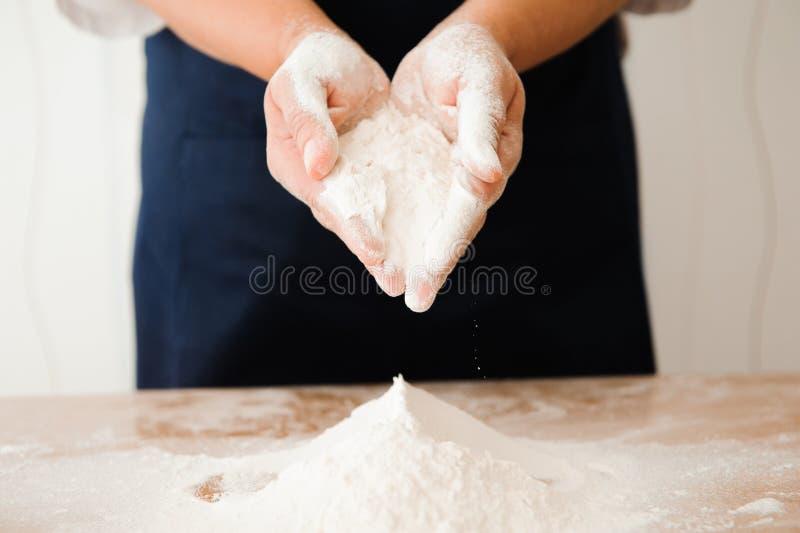 Chef préparant la pâte - procédé de cuisson, travail avec de la farine photo libre de droits