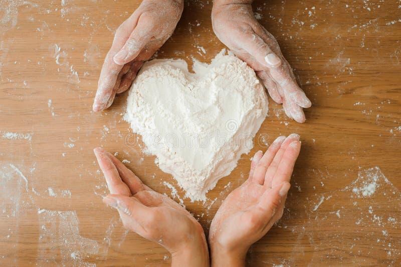 Chef préparant la pâte - procédé de cuisson, travail avec de la farine photographie stock