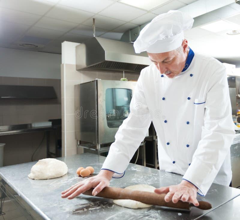 Chef préparant la pâtisserie photo libre de droits
