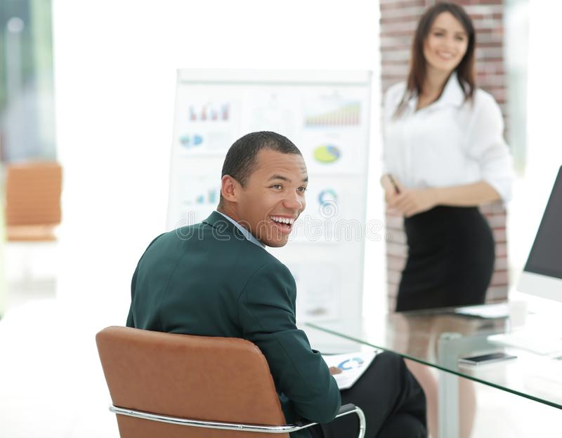 Chef réussi du projet d'affaires lors d'une réunion de travail photos stock