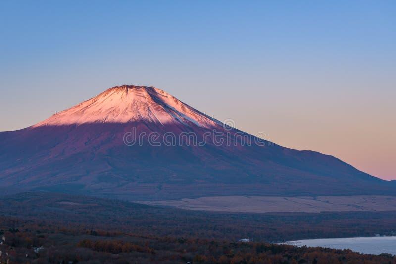 Chef rouge Beni Fuji au lac Yamanaka pendant la vue franc de lever de soleil images stock