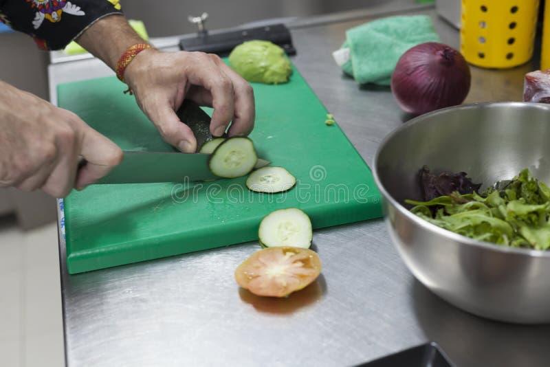 ChefÂs gurkor för skiva för handklipp royaltyfri foto