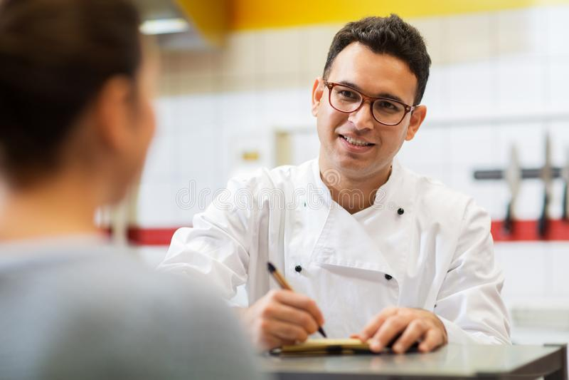 Chef am Schnellrestaurantschreibbefehl lizenzfreie stockbilder