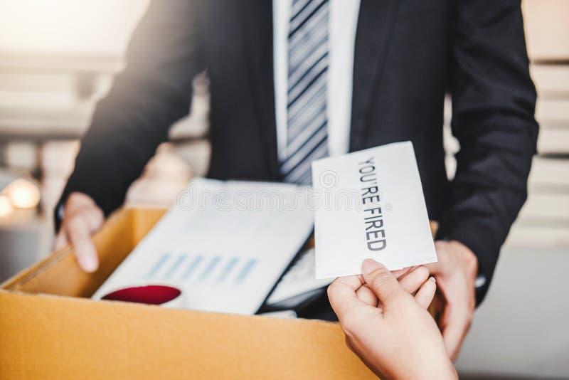 Chef Send ein Kündigungsbrief zum Geschäftsmann, der für beendigt einem Job verpackt den Kasten und verlässt das Büro, Rücktritt  stockfotos