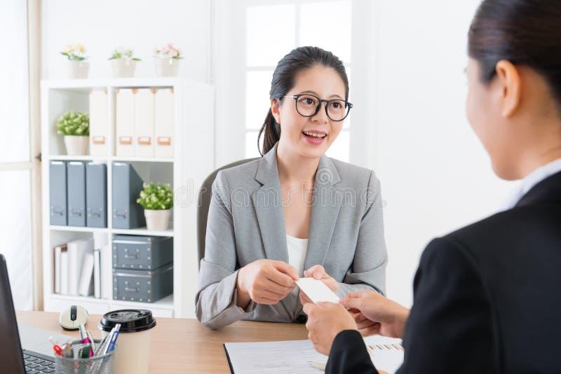 Chef som ger det unga kortet för försäljningsflickaaffär arkivfoto