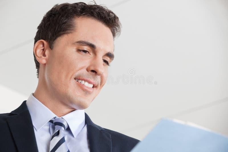 Chef som kontrollerar affärsavtalet royaltyfri fotografi