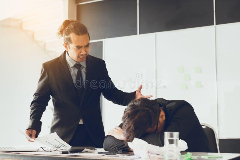 Chef som ropar till anställd medan felarbete arkivbild