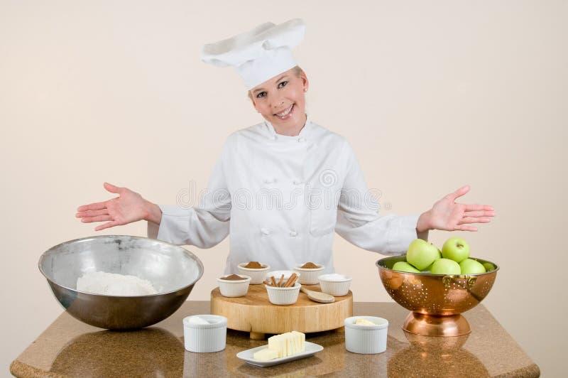 Chef stellt Apfelkuchen-Bestandteile dar lizenzfreies stockbild