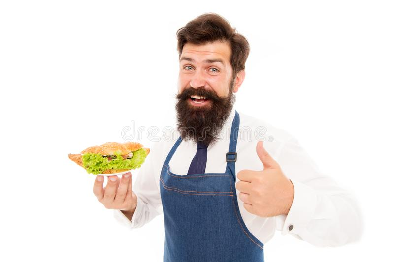 Chef stolz auf Hörnchenmahlzeit Kellner-Abnutzungsschutzblech des Mannes tragen bärtiges Platte mit Teller K?stliches H?rnchen Ca stockfotos