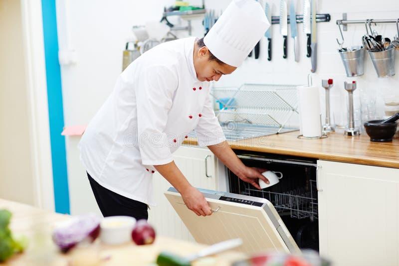 Chef travaillant dans la cuisine images libres de droits