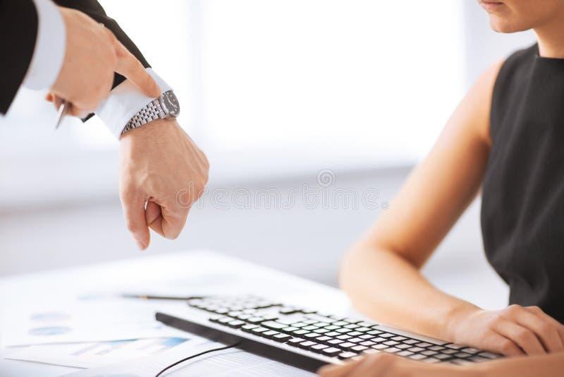 Chef und Arbeitskraft bei der Arbeit, die Konflikt hat stockfotos