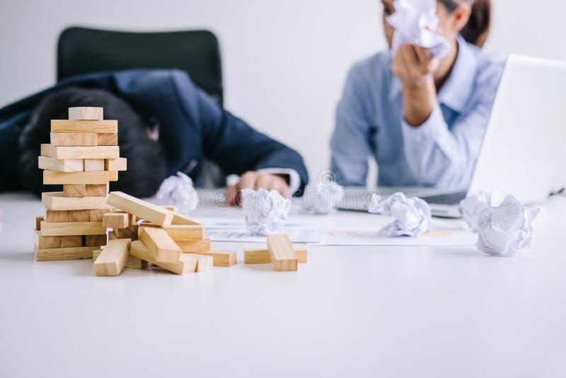 Chef und Exekutivteamgefühlsdruck und ernstes des Ausfallungsgeschäfts, Partner, die Köpfe in den Händen deprimiert durch Ausfall stockbild