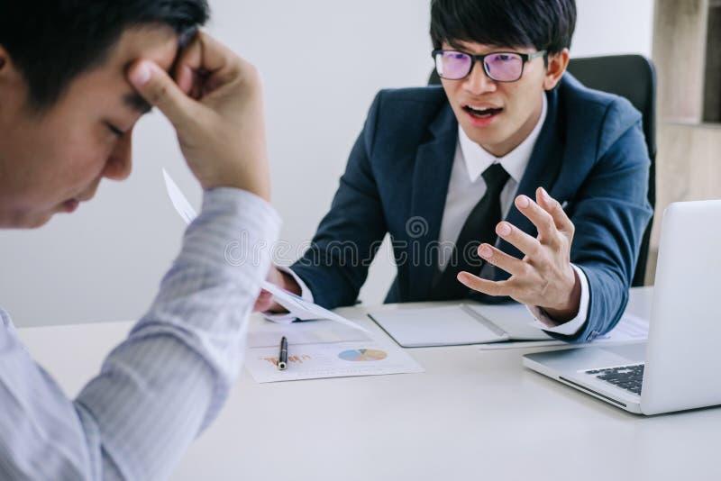 Chef und Exekutivteamgefühlsdruck und ernstes des Ausfallungsgeschäfts, Teamdebatte des Ausfalls Köpfe in den Händen mit Probleme lizenzfreie stockfotos