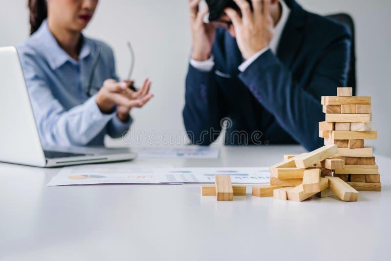 Chef und Exekutivteamgefühlsdruck und ernstes des Ausfallungsgeschäfts, Teamdebatte des Ausfalls und mit Problemen mit a erschöpf lizenzfreie stockfotografie