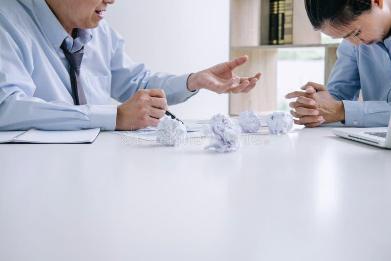 Chef und Exekutivteamgefühlsdruck und ernstes des Ausfallungsgeschäfts, Teamdebatte des Ausfalls und mit Problemen mit a erschöpf stockfoto